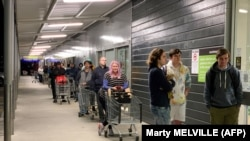 Люди в очереди в супермаркет в Новой Зеландии.