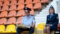 Полицейские на центральном стадионе Актобе перед одним из матчей УЕФА. 27 августа 2009 года.