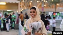 Як зани Саудӣ дар ҳошияи бозии футбол дар байни тимҳои Ал-Аҳлӣ ва Ал-Батин