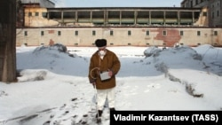 Сибирский химический комбинат, 1993 год. Дозиметрист ведет замеры загрязнения территории Радиохимического завода после взрыва технологического аппарата в цехе №1