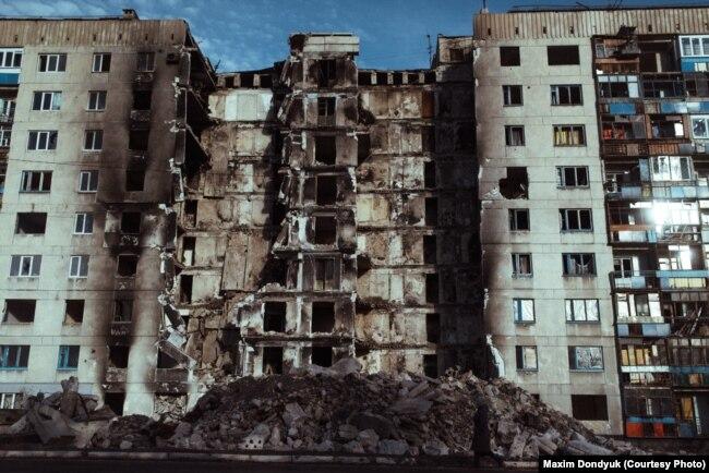 Цей будинок був зруйнований під час обстрілу з боку російських гібридних сил. Лисичанск, Луганська область, 15 грудня 2014 року