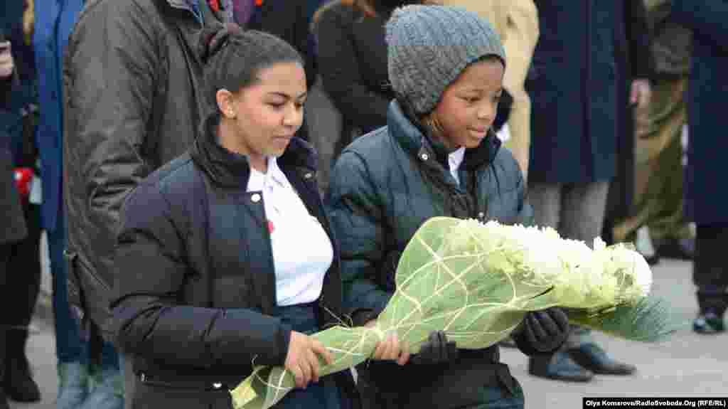 Наприкінці заходу всі охочі поклали квіти до меморіалу