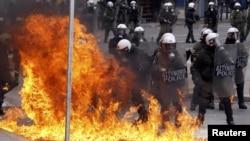 Шерушілердің полицияға шабуылы. Афины, 10 ақпан 2012 жыл. (Көрнекі сурет)
