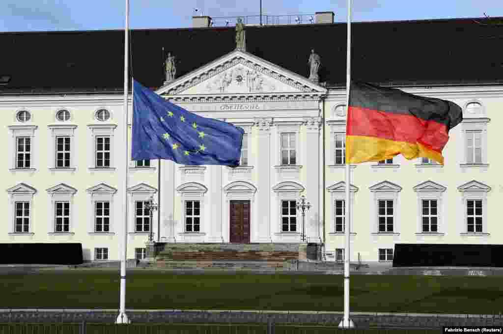 Сейчас федеральный президент Германии Франк-Вальтер Штайнмайер вместе с семьей проживает в одном из самых престижных районов Берлина –Целендорф. Канцлер Германии Ангела Меркель проживает в своей квартире в Берлине