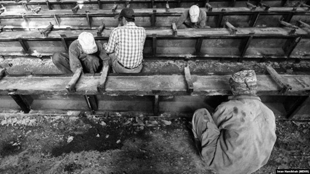 کارگران در کارخانه سیمان،عکس تزئینی است