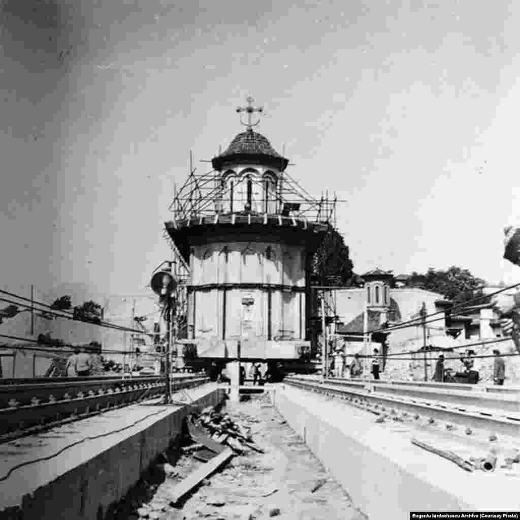 """Prima biserică mutată :""""Schitul maicilor"""" din București în 1982."""