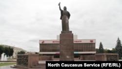 """Монумент """"Навеки с Россией"""" в центре города Нальчика, Кабардино-Балкария (архивное фото)"""