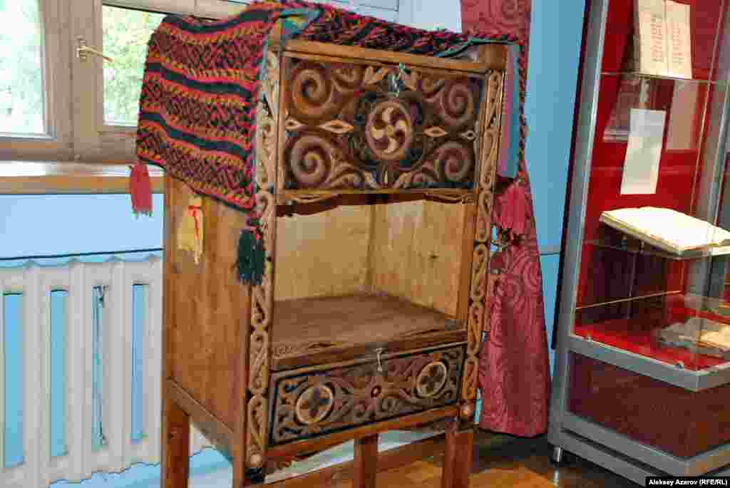 Точная копия сундука Абая, в котором хранились его рукописи, книги.