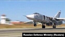 Российский бомбардировщик Су-24 в Сирии на авиабазе Хмеймим. Иллюстративное фото.