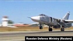 Российский военный самолет взлетает с авиабазы Хмеймим в Сирии. 10 октября 2017 года.