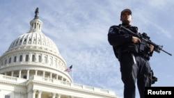 Arxiv fotosu: Bu ilin aprelində terror xəbərdarlığı zamanı ABŞ Konqresinin binası qarşısında təhlükəsizlik tədbirləri gücləndirilib.