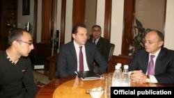 Министр обороны Армении Сейран Оганян (справа) принимает Акопа Инджигуляна (слева), Ереван, 8 октября 2014 г. (Фотография - пресс-служба Министерства обороны Армении)
