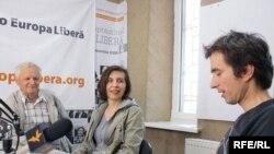 Vladimir Beșleagă, Lilia Crudu și Petru Negură în studioul Europei Libere
