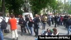 Участники акции протеста в Москве у памятника Абаю на Чистых прудах.