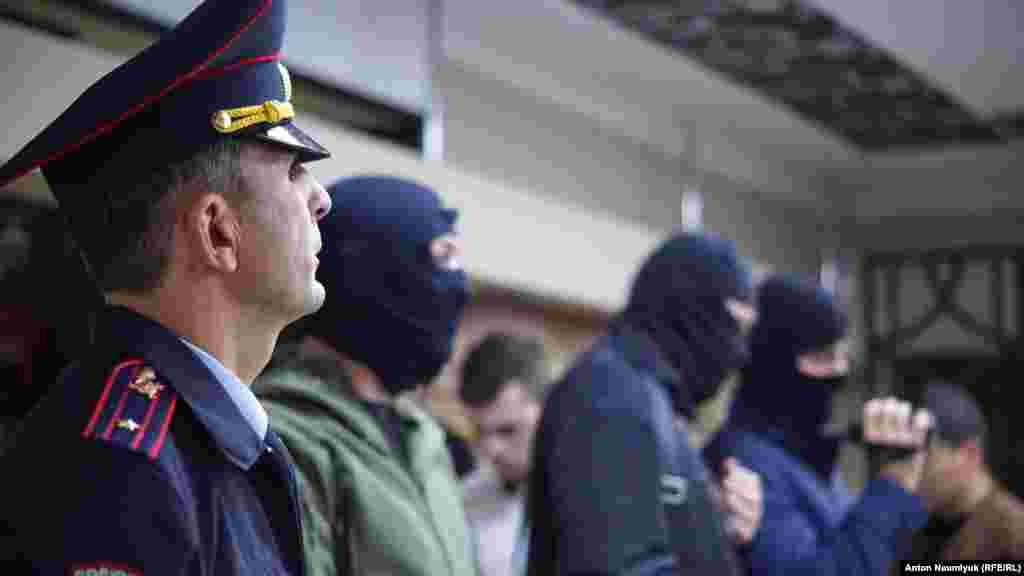 На заседание «Крымской солидарности» в Симферополе 27 октябряпришли сотрудники российской прокуратурыв сопровождении неизвестных в масках, а также сотрудника полиции