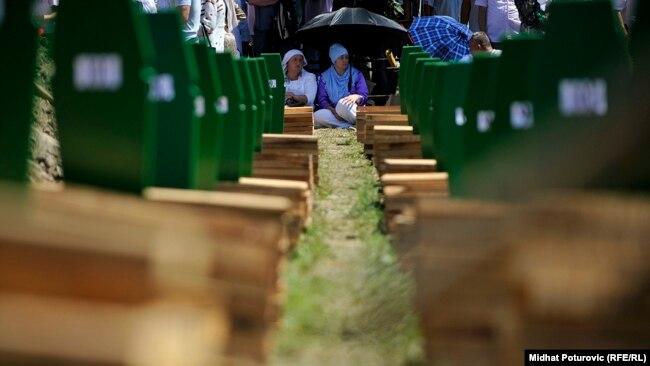 Nepotrebna politizacija postupka za reviziju presude (na fotografiji ukop žrtava genocida u Srebrenici)