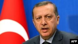 """Türkiýäniň premýer-ministri Rejep Taýyp Erdogan: """"Häzir atyşyklaryň bes edilmegi kepillendirilip, Kaddafiniň tarapdarlary Liwiýanyň günbatar welaýatlarynda gabawda saklaýan şäherlerinden çekilmeli"""" diýdi, Ankara, 7-nji aprel."""