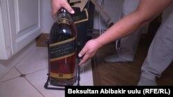 Айгүл Текебаеванын айтымында, Ташиев белек кылган вино азыр да бар. Сүрөт 14-август, 2017-жылы тартылды.