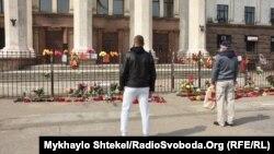 Люди від ранку несуть квіти до місця трагічних протистоянь на Куликовому полі в Одесі цього дня шість років тому