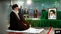 Иранның рухани көсемі аятолла Әли Хаменеидің намаз оқып болуын шенеуніктер күтіп тұр.