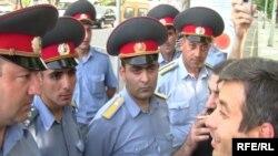 Сотрудники полиции запрещают оппозиции пройти на площадь Свободы, Ереван, 2 июня 2010 г.