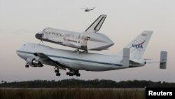 Discovery transportohet i ngjitur në aeroplanin e modifikuar NASA 747