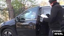 Однак останнє питання Колесник залишив без відповіді, зачинив двері авто і поїхав