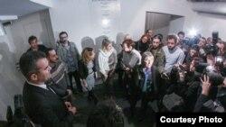 """Spasoje Vulević sa decom Bogujevci na izložbi """"Bogujevci,vizuelna istorija"""", foto: Kulturni centar Beograd"""