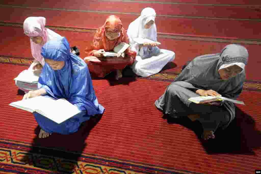 Порушення поста протягом Рамазана без поважної причини вважається гріхом. На фото – жінки читають Коран перед вечірнім іфтаром у мечеті Істікляль у столиці Індонезії, Джакарті. 9 червня 2016 року.