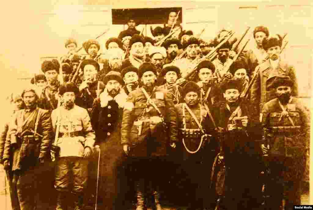 Турпан ойдуңундагы Махмут Мухитиге баш ийген көтөрүлүшчүлөр. 1933-жылы Махмут Мухити (Махмут Ши-чаң же Сижан деп да аташчу; 1887—1945) Чыгыш Түркстан Ислам Жумуриятынын коргоо министри болгон.