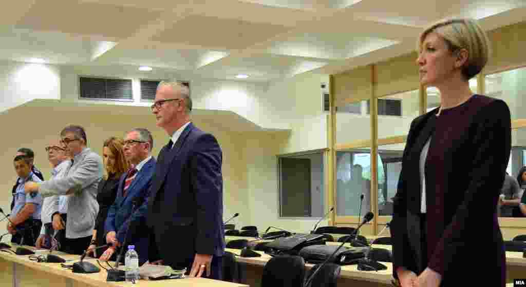МАКЕДОНИЈА - Две години затворска казна доби поранешниот премиер Никола Груевски за предметот Тенк на СЈО, односно за набавката на блиндираниот мерцедес за 600 илјади евра. Поранешниот помошник-министер во МВР Ѓоко Поповски, кој исто беше обвинет во овој случај, доби затворска казна од шест години и шест месеци.