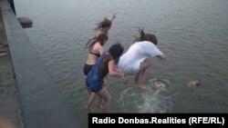Школярі купаються у Другому міському ставі Донецька. 24 червня 2018 року