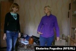 Ольга показывает уровень воды во время потопа