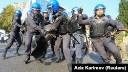 Ադրբեջան - Ոստիկանությունը բերման է ենթարկում Բաքվում անցկացվող ցույցի մասնակիցներին, արխիվ
