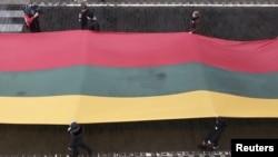 Двухсотметровый литовский флаг на траурном мероприятии в Вильнюсе, посвященных двадцатилетию штурма советскими войсками здания телевидения в Литвы, 13 января 2011