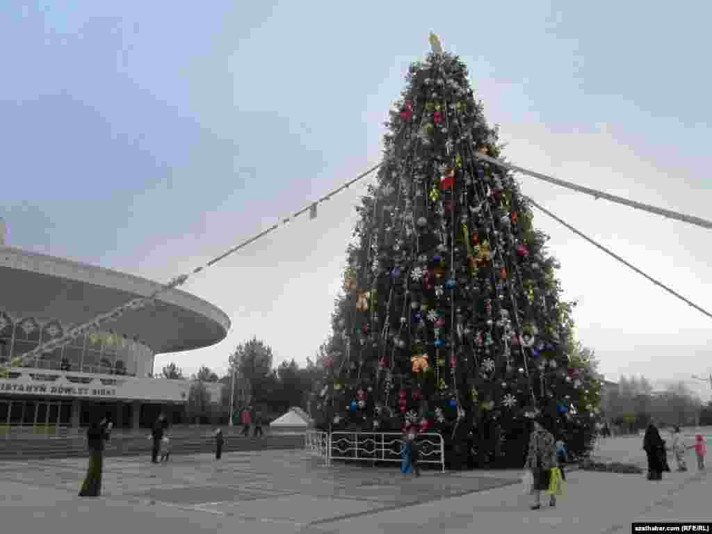 Ашхабад. Прохожие фотографируются у новогодней елки перед зданием цирка.