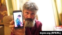 Архієпископ Климент показує на телефоні зображення чоловіка у формі, Сімферополь, 31 серпня 2017 року