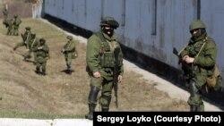 سربازان روسی در مقابل پایگاه نظامی اوکراین در شبه جزیرۀ کریمیای