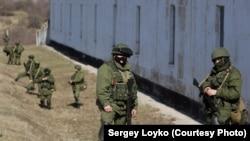 Российские военные в Перевальном, 2014 год