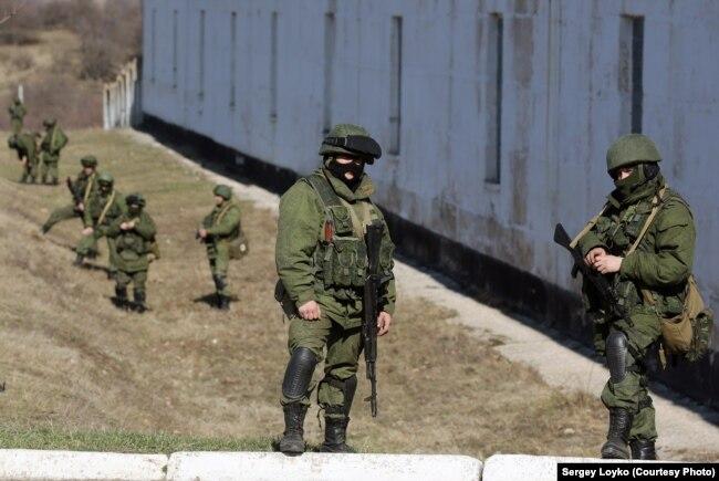 Російські військові без розпізнавальних знаків (так звані «зелені чоловічки») у селі Перевальне в Криму, 3 березня 2014 року