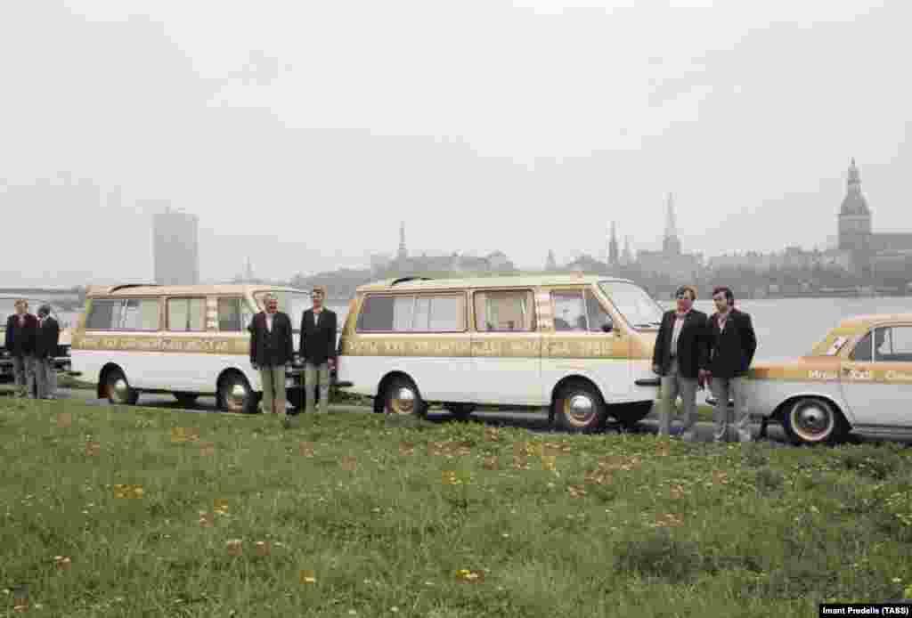Олимпийские микроавтобусы в Риге, Латвия. Игры 1980 года проводились не только в Москве, но и в других городах, включая Минск, Таллин и Киев.
