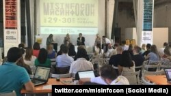 Панельная дискуссия о борьбе стран ЕС с дезинформацией во время международного саммита MisinfoCon