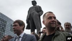 Oleh Tsaryov (kiri) terlihat bersama pemimpin separatis Aleksandr Borodai di Donetsk pada Juni 2014.