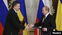 Ресей президенті Владимир Путин (оң жақта) мен Украина президенті Виктор Янукович кездесу кезінде. Мәскеу, 17 желтоқсан 2013 жыл.