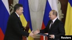 Президент России Владимир Путин (справа) и президент Украины Виктор Янукович. Москва, 17 декабря 2013 года.