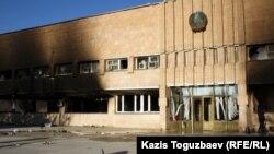 Здание городского акимата Жанаозена. Мангистауская область, 19 декабря 2011 года.