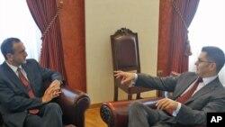 Pomoćnik američke državne sekretarke za evropska i evroazijska pitanjaFilip Gordon i ministar spoljnih poslova Srbije Vuk Jeremić u Beogradu, 15. juni 2011