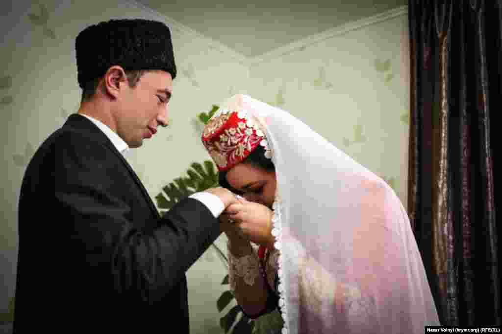 После проведения обряда Сабина, по традиции, поцеловала мужу руку. Это знак уважения и признаия того, что он в семье голова.