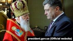 Патріарх Філарет (ліворуч) і президент України Петро Порошенко