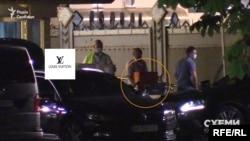 За жінкою вивезли третій візок з пакунками, один із яких нагадував елітний бренд Louis Vuitton